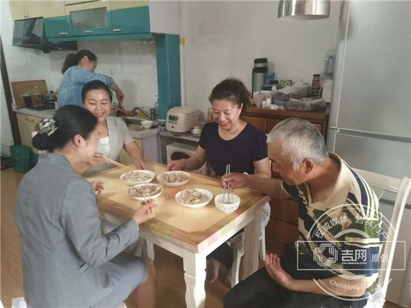 延边农商行爱丹路支行为社区空巢老党员献爱心