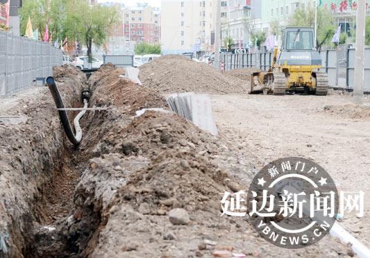 延吉市改造小街小巷 修补人行步道