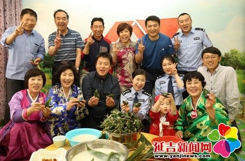 包粽子 唠家常 警民团结一家亲