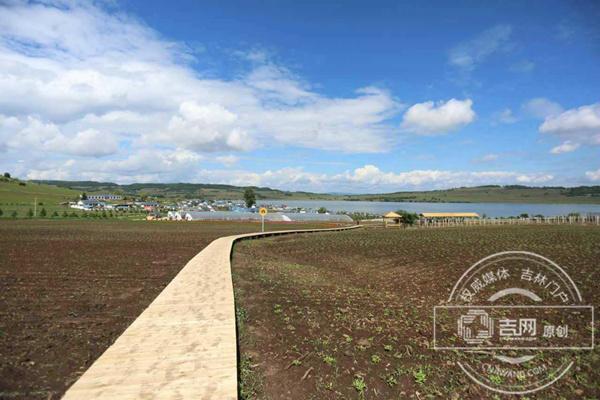 雁鸣湖畔的明星新农村——小山村